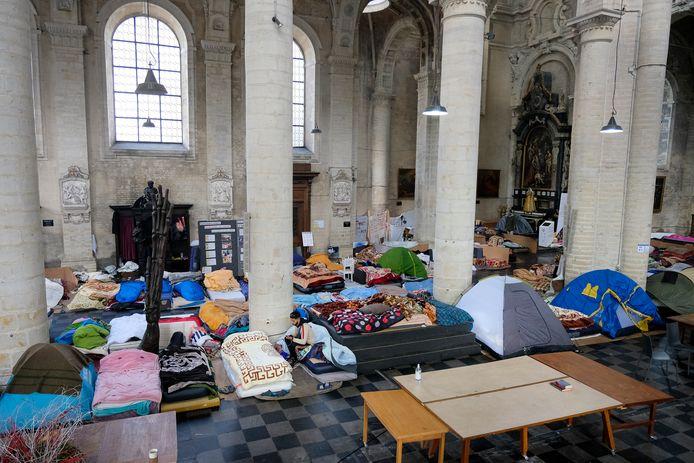 Mensen zonder papieren bezetten de Begijnhofkerk in Brussel al verschillende maanden. Ook in lokalen van de Université Libre de Bruxelles en de Vrije Universiteit Brussel huizen tientallen sans-papiers.