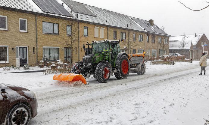 Zo'n 20 sneeuwruimploegen gingen in Meierijstad dagelijks de weg op, zoals hier in Schijndel.
