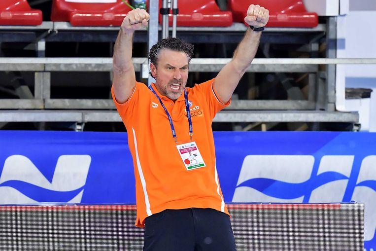 Arno Havenga viert dat de Nederlandse waterpolosters zich voor het eerst sinds 2008 weer hebben geplaatst voor de Olympische Spelen, nadat zijn ploeg Griekenland met 7-4 heeft verslagen, 23 januari 2021. Beeld ANP