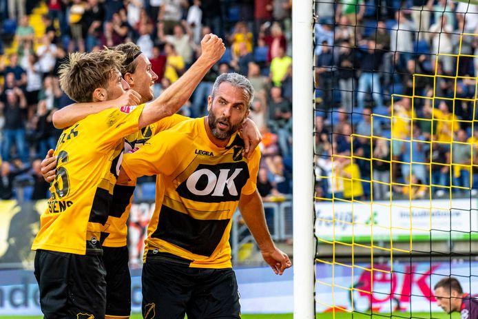Ralf Seuntjens (rechts) is blij nadat NAC op voorsprong is gekomen tegen Telstar.