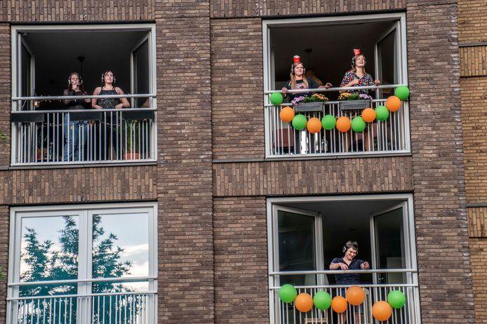 Er werd uitbundig gedanst en gezongen door omwonenden vanaf het balkon.