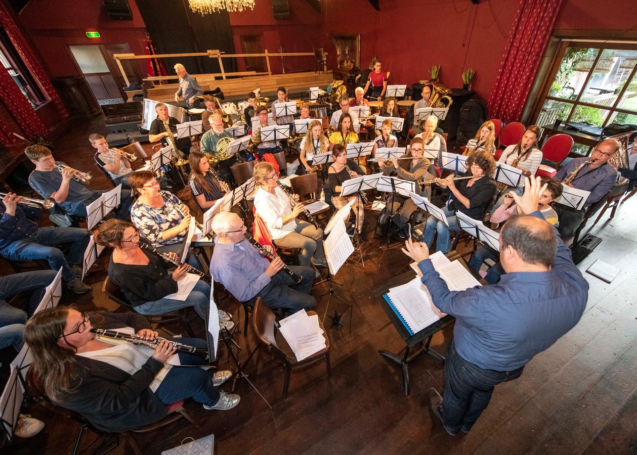 De Koninklijke Harmonie Sint Cecilia Kloosterzande tijdens de laatste repetitie voor het concert zaterdag in de Hontenissehal.