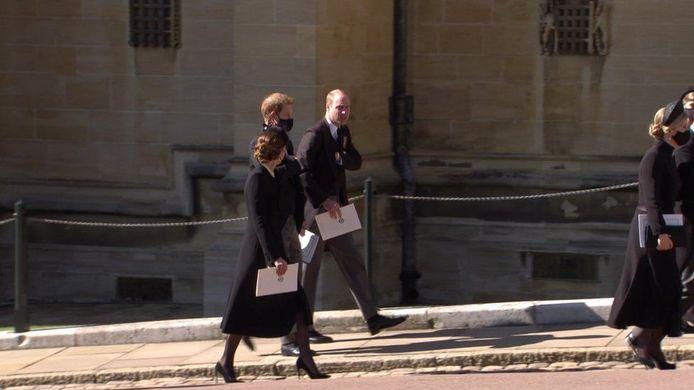 Kate, Harry en William wandelen samen na de begrafenis van Philip.