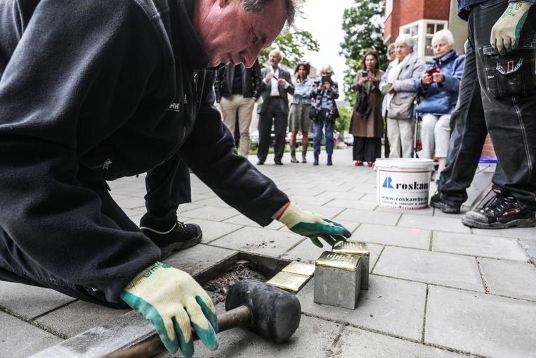 De Stolpersteine voor Michel Velleman en zijn gezin zijn gelegd op het Merwedeplein in Zuid. Beeld Eva Plevier