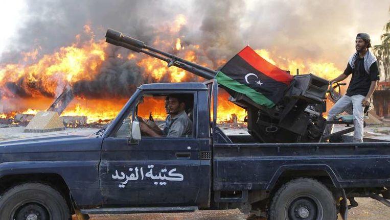 Wapendepots van Kaddafi zijn geplunderd en praktisch iedereen in Libië heeft wapens. Beeld reuters