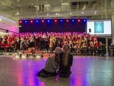 Weer kerstliederen zingen in het Atrium in Den Haag