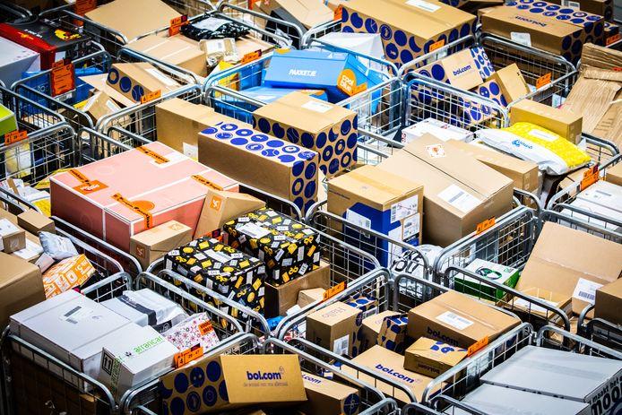Post NL sorteercentrum Dordrecht heeft het druk rond de feestdagen. PostNL maakt drukke tijden mee rond de feestdagen.