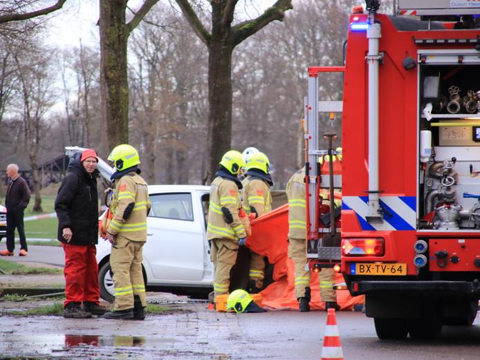 De auto botste frontaal op een boom in Harskamp.