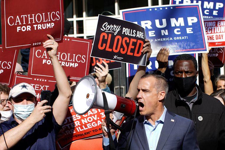 De voormalige campagne-adviseur van Trump, Corey Lewandowski, spreekt donderdag in Philadelphia aanhangers van de president toe. Beeld Reuters