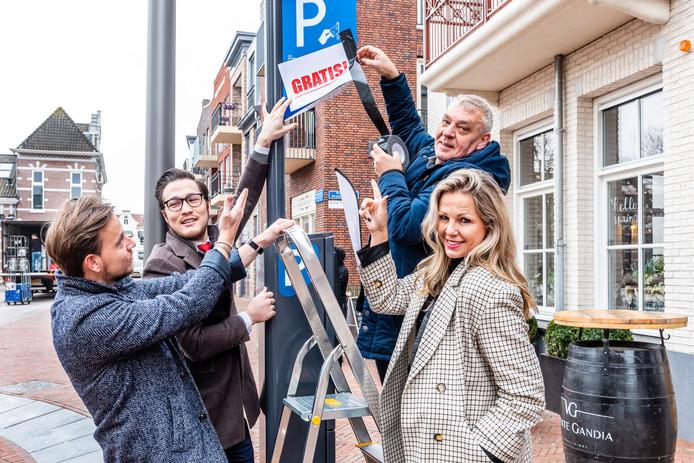 Winkeliers in aktie voor gratis parkeren in het centrum. Van links naar rechts, Sander van Ongestuukt, Sander van Eye Care, Oscar van Oscar Shoes en Marieke van Flyer