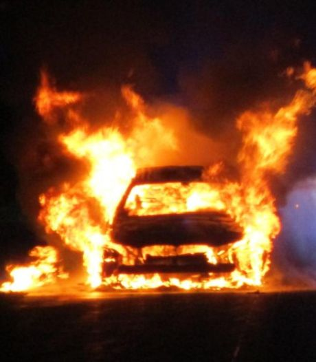 Twee dagen oude hybride auto vliegt in brand na ontploffing tijdens het rijden