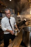 Directeur Rick Polman draait vanwege personeelsgebrek zelf soms mee in de keuken van 'zijn' Van der Valk Hotel Eindhoven.