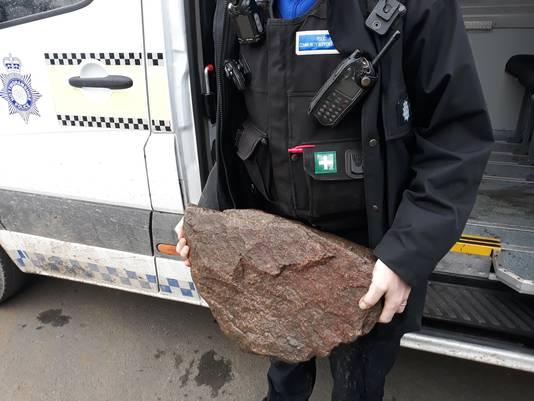 Aan de hond was een tas met een zware steen vastgemaakt