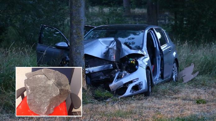 De auto na de botsing op een basaltkei. De gelijmde kei was eind mei te zien toen drie verdachten terecht stonden in Breda.