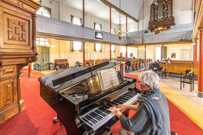 In de Oosterkerk wordt zaterdag en zondag door de huisartsenpost Turfmarkt gevaccineerd. Om het wachten te verzachten worden voor de bezoekers mini-concertjes op orgel en piano uitgevoerd.
