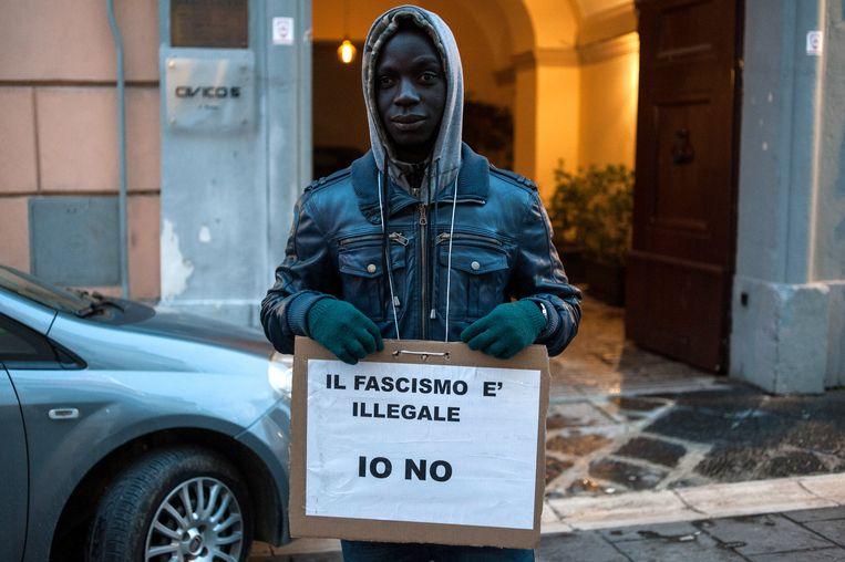 Een slachtoffer van de nieuwe wet demonstreert in de Italiaanse stad Caserta: 'Fascisme is illegaal, niet ik'. Beeld Getty