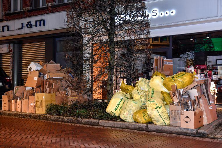 Het stadscentrum leek herschapen tot een stort in afwachting van de ophaalronde donderdag, met vuilnis dat er al weken staat door de voorbije staking en nieuw afval en oud papier en karton.