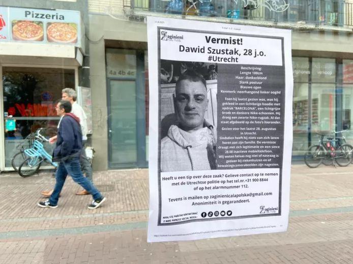 Flyers met daarop de vermiste Dawid (28) hangen op verschillende drukke plekken in Utrecht.