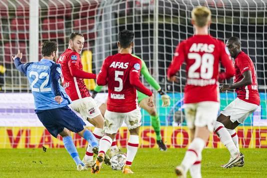 Sander van de Streek zet FC Utrecht met deze knal op 0-1.