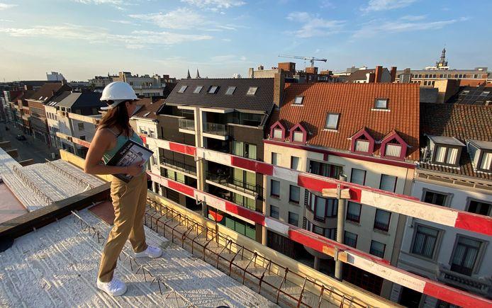 Nele Tassaert op het dak van de residentie, tijdens een werfbezoek maandagavond. Het zicht op de binnenstad is fenomenaal