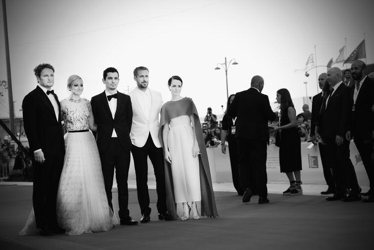 Van links naar rechts: Jason Clark, Olivia Hamilton, Damien Chazelle, Ryan Gosling en Claire Foy op de rode loper voorafgaand aan de première van First Man. Beeld Getty Images