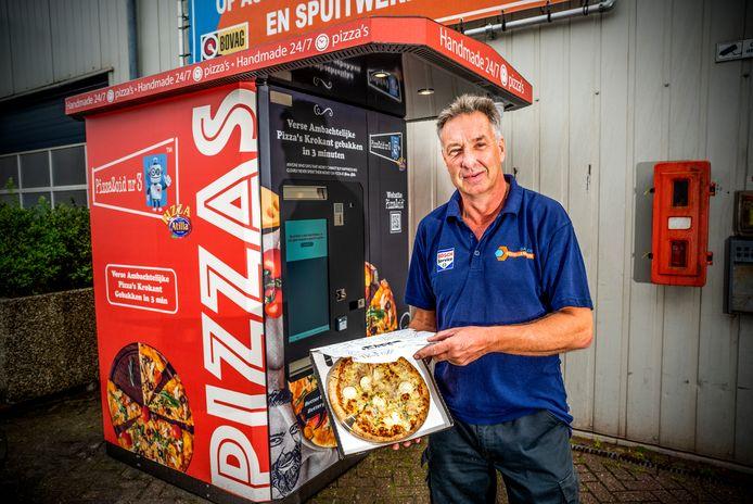 Een werknemer van Bosch Car Service bij enige andere PizzaZoid in Nederland: naast Bosch in Hoek van Holland.