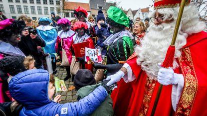 Duizenden kinderen juichen Sint en Zwarte Pieten toe