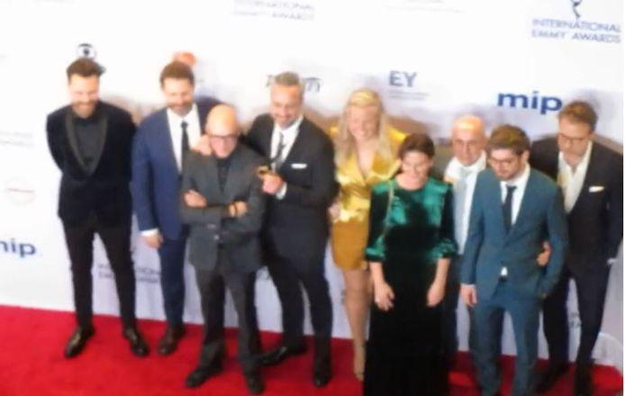 De Vlaamse delegatie met Philippe Geubels komt aan bij het gala van de International Emmy Awards.