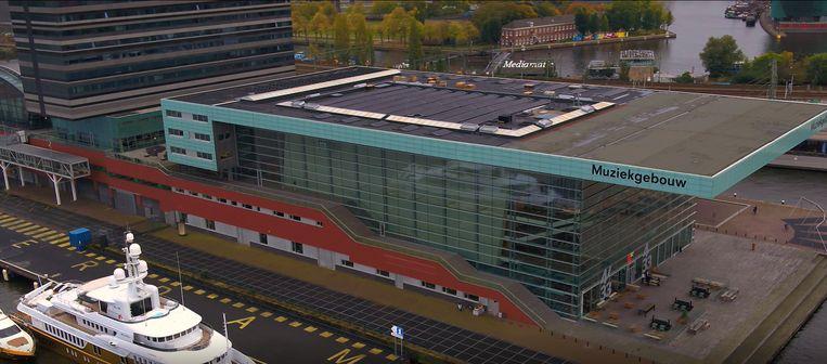 Zonnepanelen op het Muziekgebouw aan 't IJ. Beeld Ramon Hoogerhuis