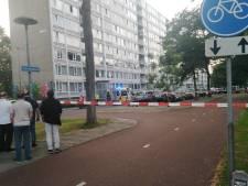 Zwaargewonde vrouw op straat aangetroffen in Overvecht, politie doet onderzoek