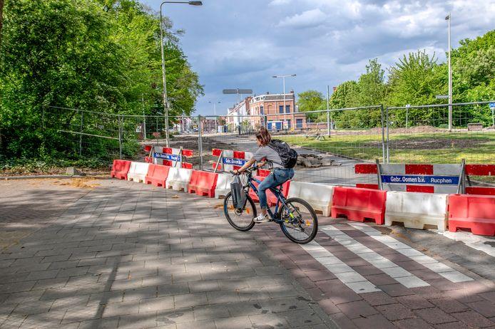 De Zoomdam is afgesloten voor alle verkeer. En wel zodanig dat het ondanks verwoede pogingen vrijwel onmogelijk is om door de versperringen heen te glippen.