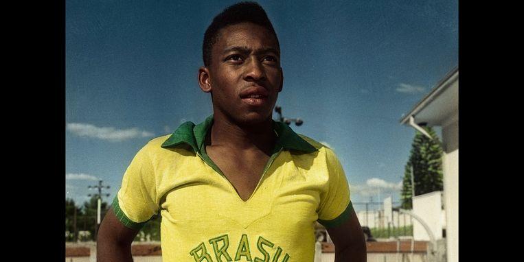 Een kant kiezen was voor Pelé makkelijker op dan naast het veld, blijkt uit de nieuwe Netflix-docu. Beeld Netflix