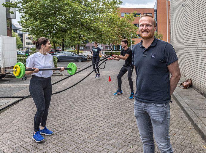 Dennis Akkerman op de parkeerplaats bij het bedrijf in Zwolle. Achter hem gaat de personal training voor medewerkers vast van start.