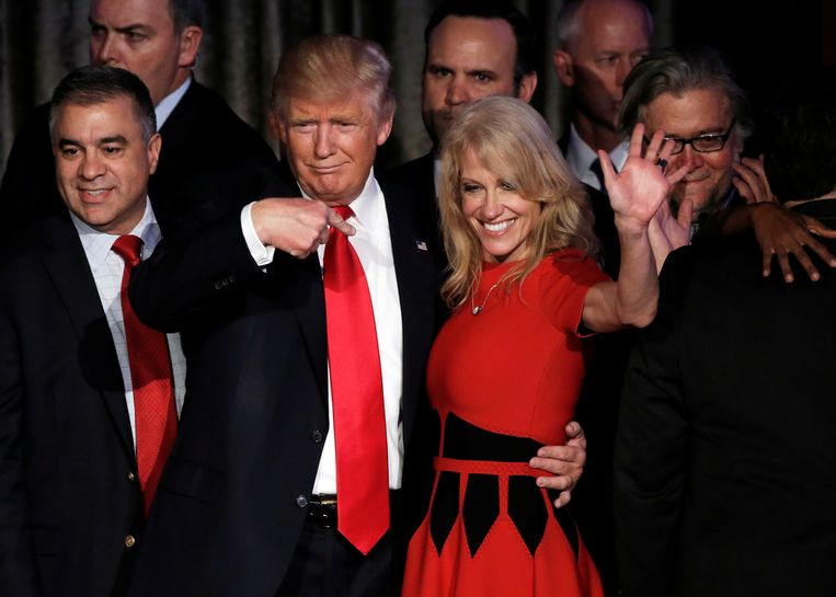 Donald Trump en zijn voormalig campagnemanager Kellyann Conway, die nu aangekondigd heeft het Witte Huis te verlaten. Beeld REUTERS
