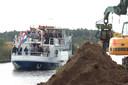 Genodigden maken in 2011 een tocht over het kanaal, als startsein voor de werkzaamheden.