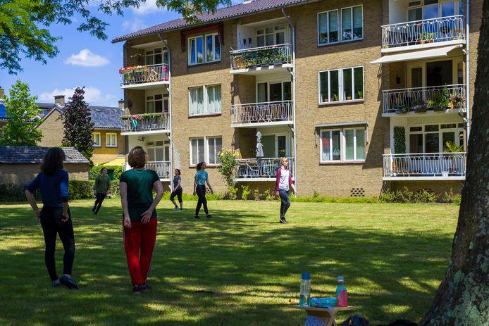 Dansoptreden van Dansnest aan de Zuiderparkweg.