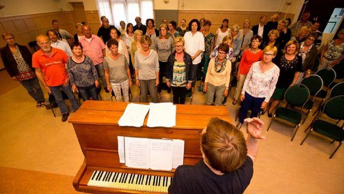 Het koor en Nico Meijer in actie in Fata Morgana.