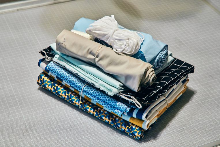 Katoen en elastiek, het standaardpakket in de stoffenwinkels deze week. Beeld Thomas Nolf
