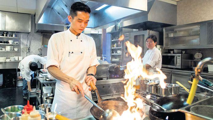 Kevin (midden) verloor zijn ouders én zijn oma bij de ramp met vlucht MH17. Hij heeft het restaurant van zijn ouders nu weer geopend.