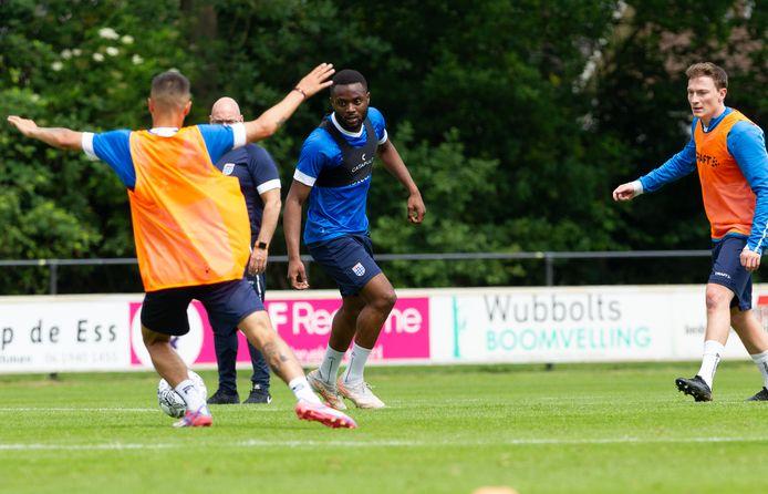 Leandro Fernandes (midden) kon PEC Zwolle tijdens zijn proefperiode niet overtuigen van zijn kwaliteiten.