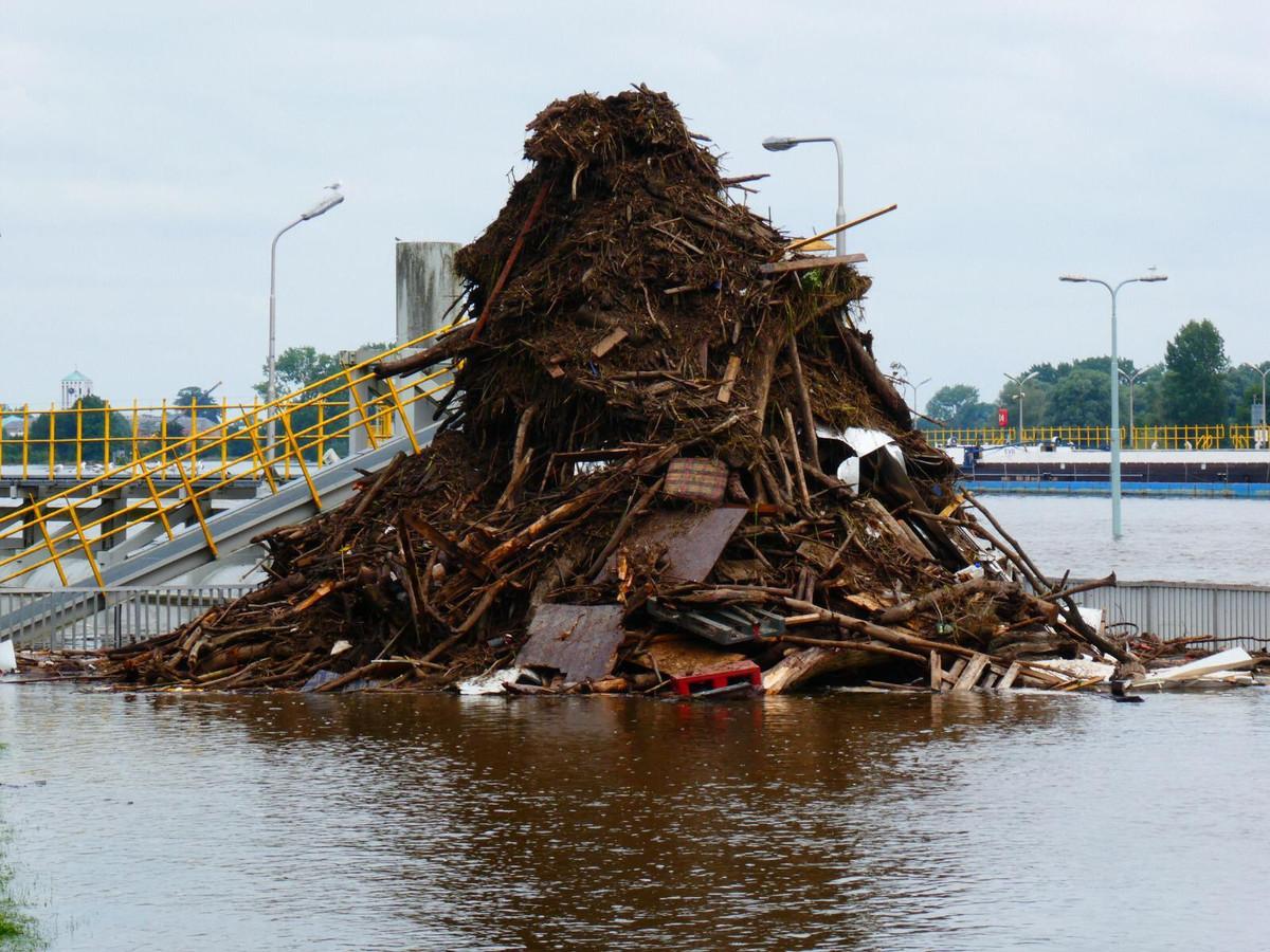 Door de overstromingen in Limburg is er veel afval in de Maas terecht gekomen.