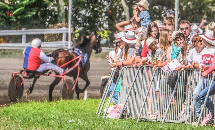 30.000 kijklustigen staan op de eerste rij voor de paardenkoersen vandaag.