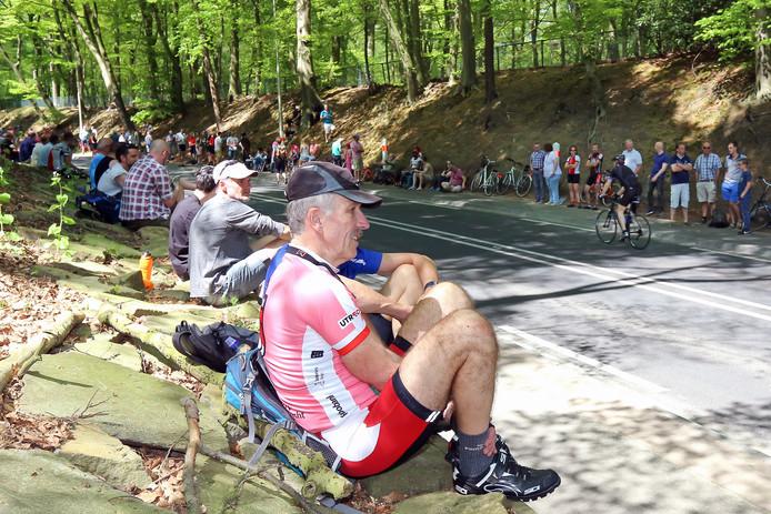 De rijders van de 125 kilometer beklimmen ook de Grebbeberg,