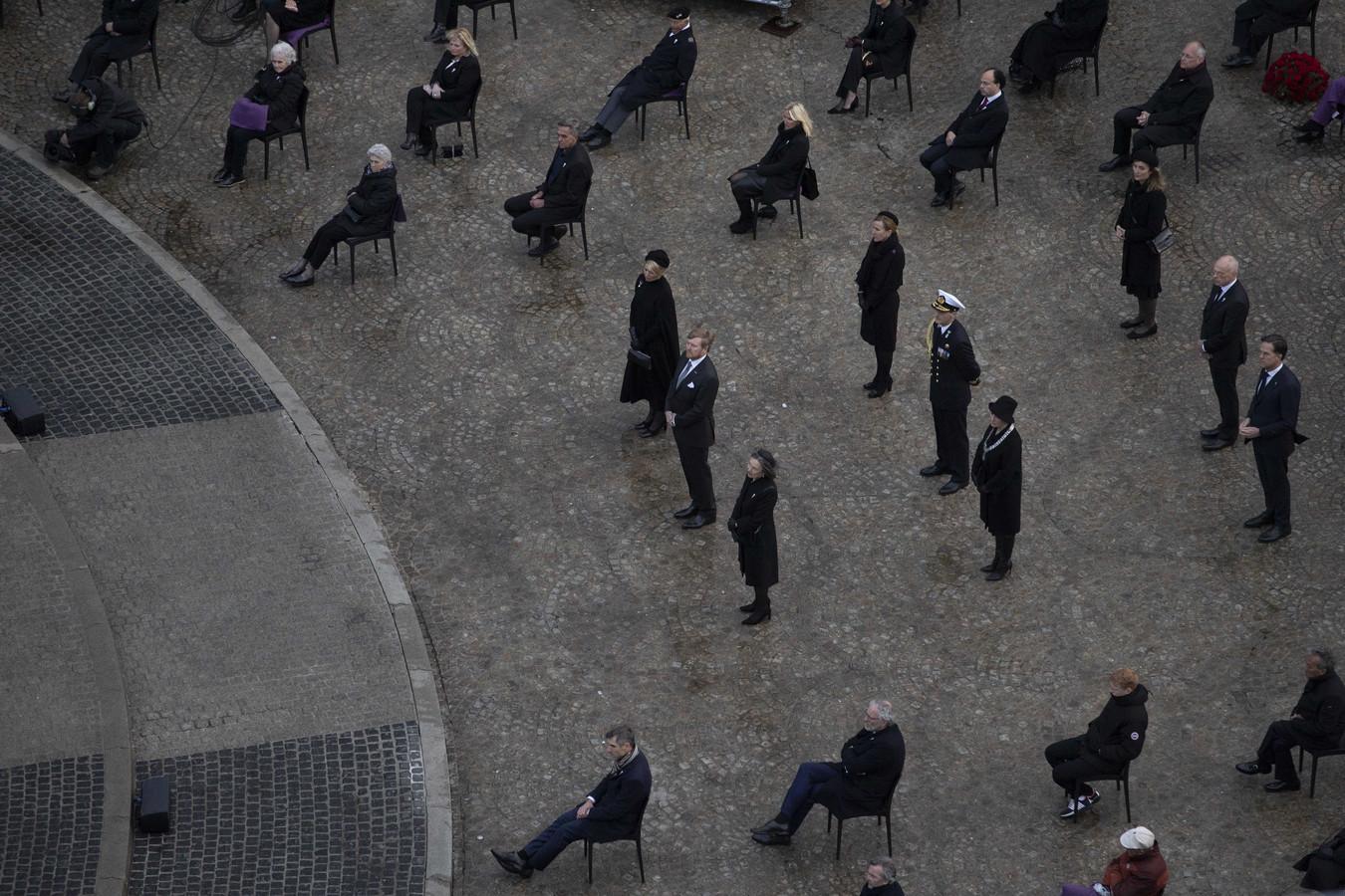 Koning Willem-Alexander en koningin Maxima tijdens de Nationale Dodenherdenking op de Dam. Vanwege het coronavirus vond de herdenking, net als vorig jaar, met weinig publiek plaats.