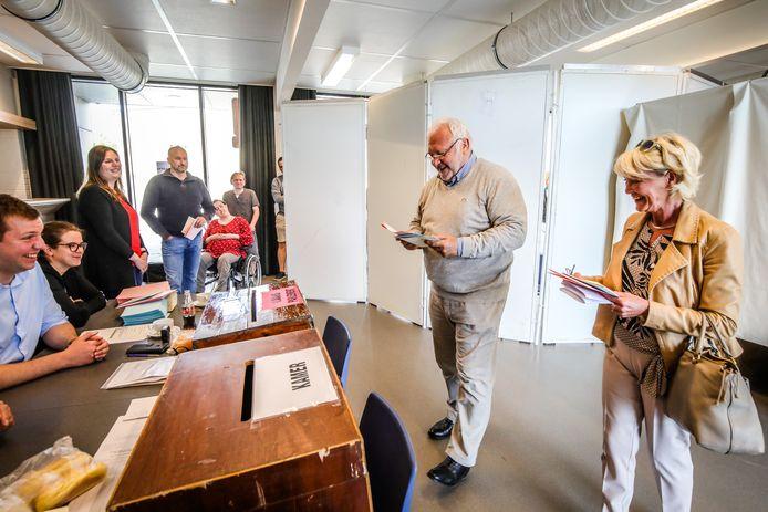 Een rustige Jean-Marie Dedecker brengt zijn stem uit, samen met echtgenote Christine Dehaemers, in deelgemeente Slijpe
