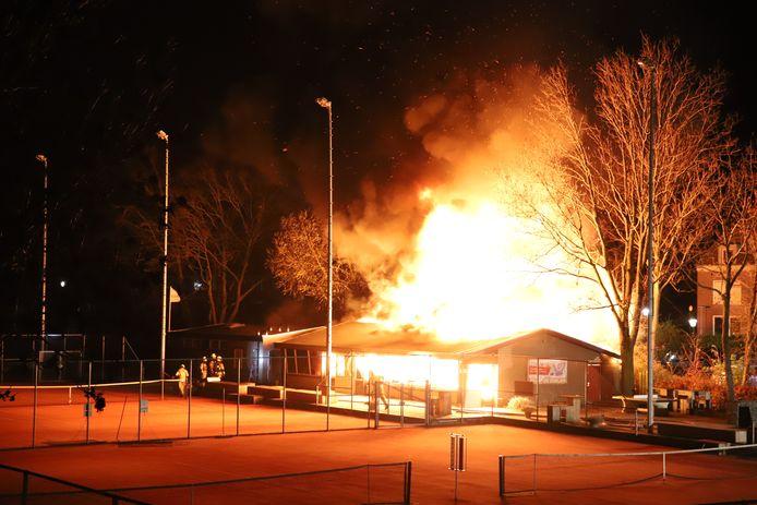 Het clubgebouw van tennisvereniging De Doelen aan de Goilberdingerstraat in Culemborg staat in brand.