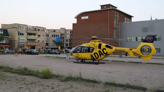 Traumahelikopter landt midden in Hengelo en veroorzaakt flinke stofwolk