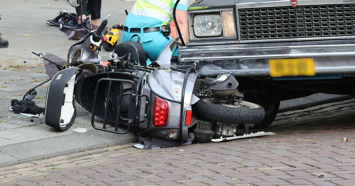 Twee jongeren op scooter gewond bij botsing met auto in Oss.