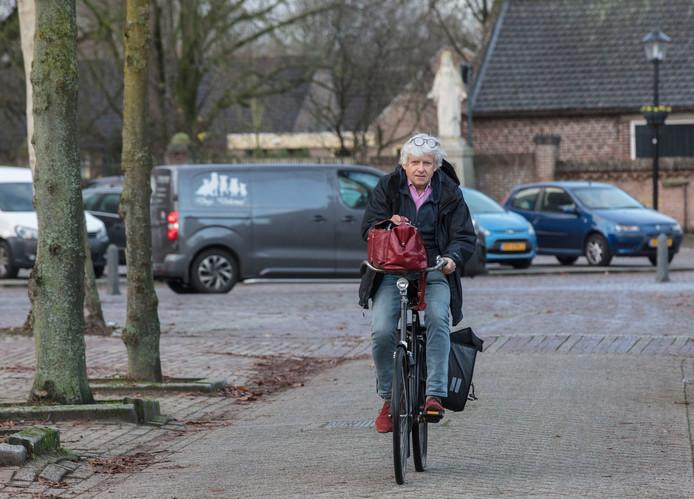 Huisarts Ferd Raaijmakers op de die fiets in Lierop