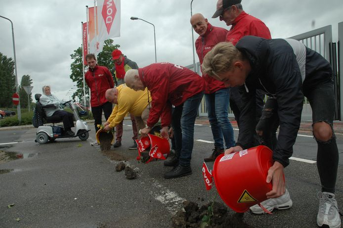 Symbolische actie bij Chemours in Dordrecht. Actievoerders dumpen iedere zaterdagmorgen een emmer met volgens hen vervuilde grond bij de fabriek aan de Baanhoekweg.